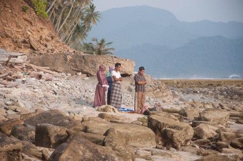 Shalat ashar di samping samudera Hindia